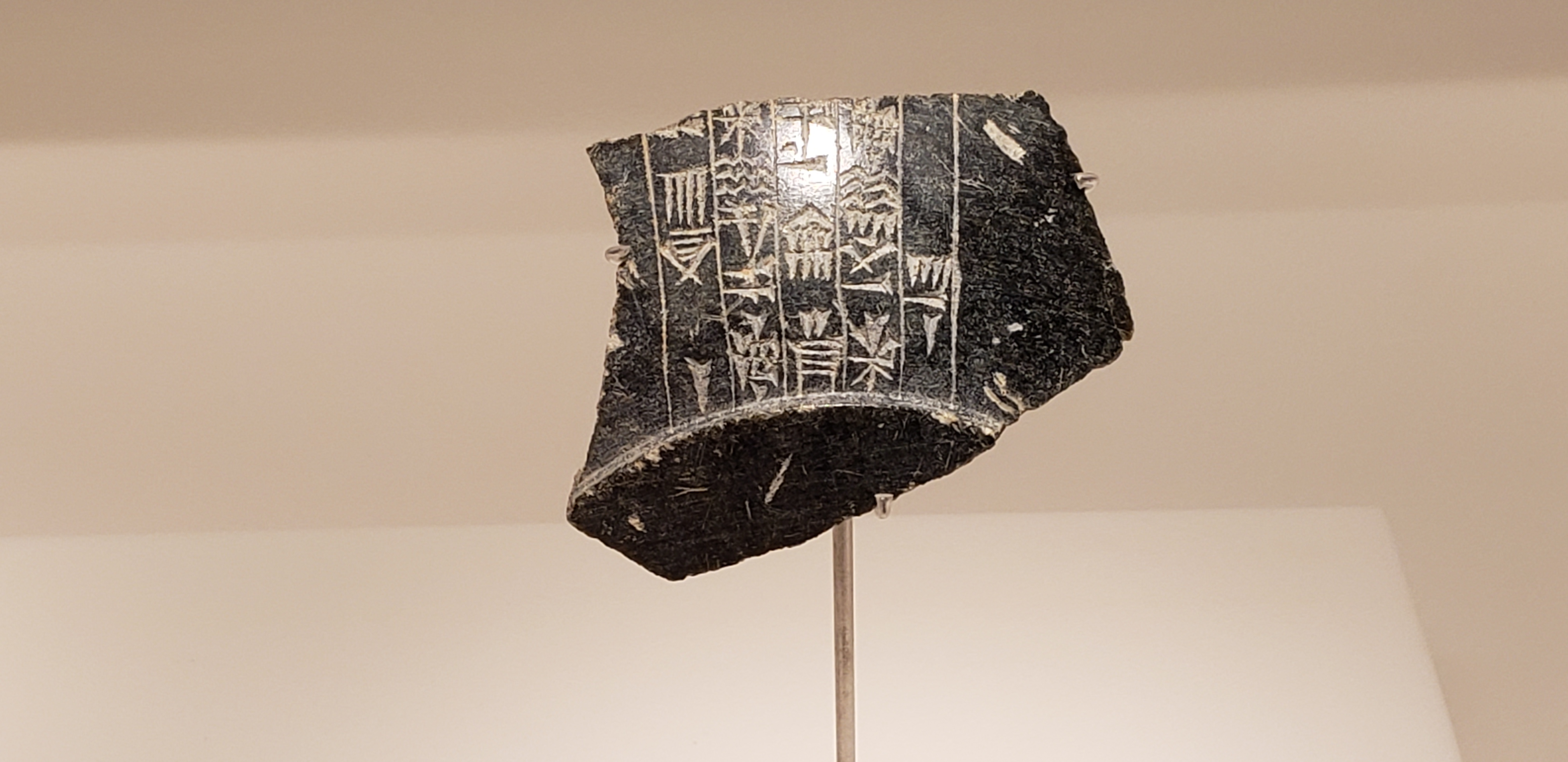 Stone vessel fragment with an inscription of a Dilmun king's name unearthed from a royal mound*